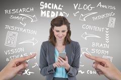 Handen die op gelukkige bedrijfsvrouw richten die haar telefoon met behulp van tegen grijze achtergrond met sociale media ico Royalty-vrije Stock Afbeeldingen