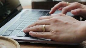 Handen die op laptop toetsenbord typen stock footage