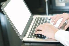 Handen die op laptop typen royalty-vrije stock fotografie