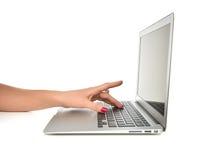 Handen die op laptop van de toetsenbordcomputer met leeg exemplaar ruimtes typen Royalty-vrije Stock Afbeeldingen