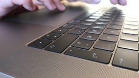 Handen die op moderne laptop typen stock video