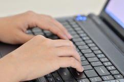 Handen die op toetsenbord typen Stock Afbeelding