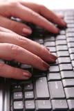 Handen die op toetsenbord typen stock foto