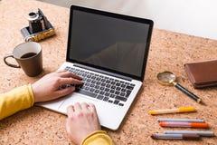 Handen die op toetsenbord typen Royalty-vrije Stock Foto's