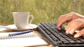 Handen die op toetsenbord typen stock videobeelden
