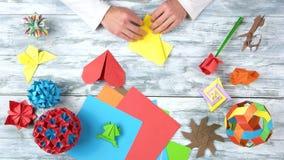 Handen die origamihart, snelle motie maken stock video
