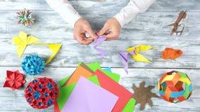 Handen die origamikranen, snelle motie vouwen stock videobeelden