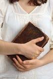 Handen die oude bijbel houden Royalty-vrije Stock Afbeeldingen