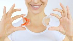 Handen die pal voor tanden en tanddienblad houden royalty-vrije stock foto