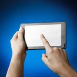 Handen die PC van de Tablet houden Royalty-vrije Stock Afbeeldingen