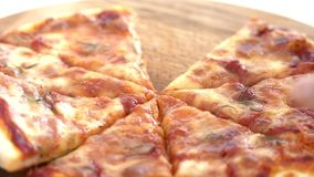 Handen die pizzabesnoeiingen van houten lijst nemen stock videobeelden