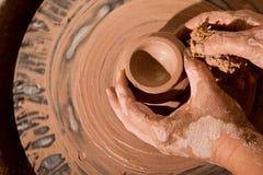 Handen die pot op wiel vormen Stock Fotografie