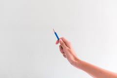 Handen die potlood voor controle houden iets vóór schets Stock Afbeelding