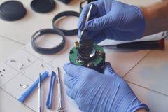 Handen die precisieelektronika herstellen stock foto's