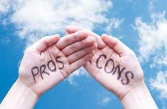 Handen die Pros - en - cons. zeggen stock fotografie