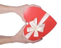 Handen die rode doos houden Stock Foto's
