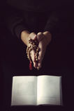 Handen die rozentuin houden die en in gebed vouwen Royalty-vrije Stock Afbeeldingen