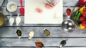 Handen die ruwe kippenborst snijden stock videobeelden