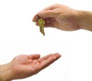 Handen die sleutels geven royalty-vrije stock fotografie