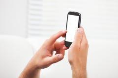 Handen die slimme telefoon met het lege scherm met behulp van Stock Foto