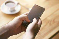 Handen die slimme telefoon wat betreft het scherm met behulp van royalty-vrije stock foto