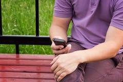 Handen die smartphone houden Stock Foto's