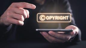 Handen die smartphone houden auteursrecht Intellectuele eigendom stock afbeeldingen