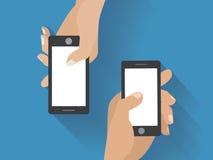 Handen die smartphones een gat maken in Stock Foto