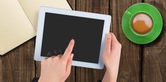 Handen die tablet meer dan een kop van koffie houden Stock Foto