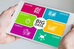Handen die tablet met groot gegevensdashboard houden Stock Afbeeldingen