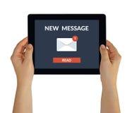Handen die tablet met nieuw berichtconcept houden op het scherm Royalty-vrije Stock Afbeelding