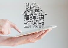 Handen die tablet met slim huisautomatisering en mobiliteitsconcept houden Royalty-vrije Stock Foto's
