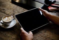 Handen die tabletcomputer houden Royalty-vrije Stock Afbeeldingen