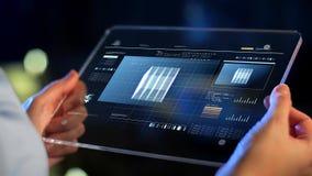 Handen die tabletpc met virtuele projecties houden stock footage