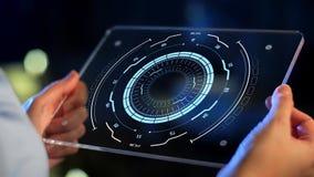 Handen die tabletpc met virtuele projecties houden stock videobeelden