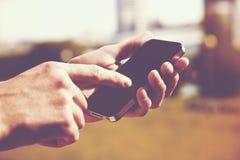 Handen die telefoon met behulp van Royalty-vrije Stock Foto's