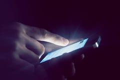 Handen die telefoon met behulp van Royalty-vrije Stock Foto