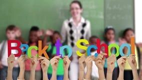 Handen die terug naar school steunen stock footage