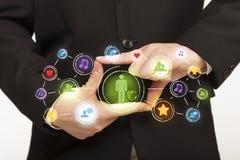 Handen die tot een vorm met sociale media verbinding leiden Stock Afbeelding