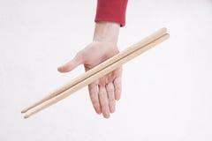 Handen die trommelstokken houden Royalty-vrije Stock Afbeelding