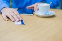 Handen die van de mens plastic kaart geven aan kelner om voor de orde te betalen Stock Afbeelding
