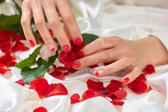 Handen die van de vrouw knop houden van namen toe Stock Afbeeldingen