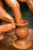 Handen die van een pottenbakker, een weinig tot aarden kruik leiden royalty-vrije stock fotografie