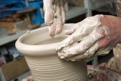 Handen die van een pottenbakker, tot een aarden kruik leiden royalty-vrije stock afbeelding
