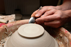 Handen die van een pottenbakker, tot een aarden kruik leiden royalty-vrije stock fotografie