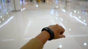 Handen die van vrouw slim horloge voor cyber en futuristisch concept de met behulp van selecteren nadruk ondiepe diepte van gebie stock footage
