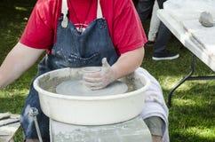 Handen die van vrouwelijke pottenbakker bij het het werpen wiel werken en het vormen royalty-vrije stock fotografie