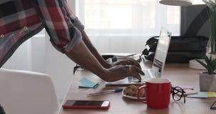 Handen die van zakenman aan laptop op kantoor werken stock videobeelden