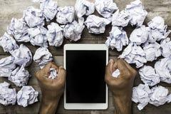Handen die verfrommeld document in het bureauuur houden Royalty-vrije Stock Afbeeldingen