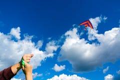 Handen die vlieger houden Stock Foto